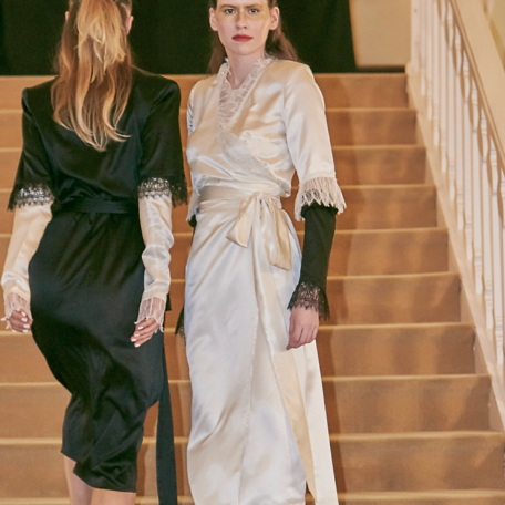 2-Robes sur-mesure en satin de soie Robes Noir et blanc de Luxe. à manchettes