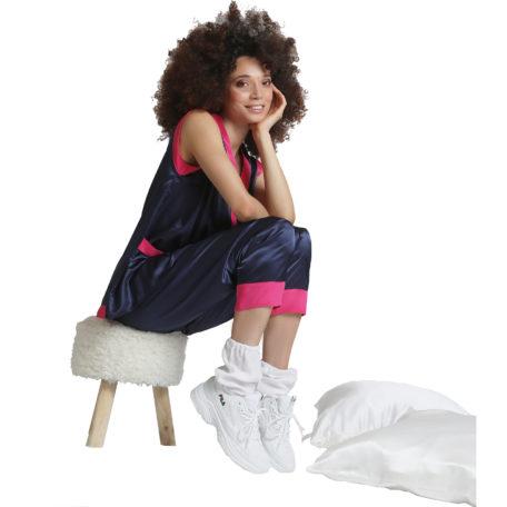 ensemble cozy wear pyjama chaussettes et oreiller en soie sur fond blanc